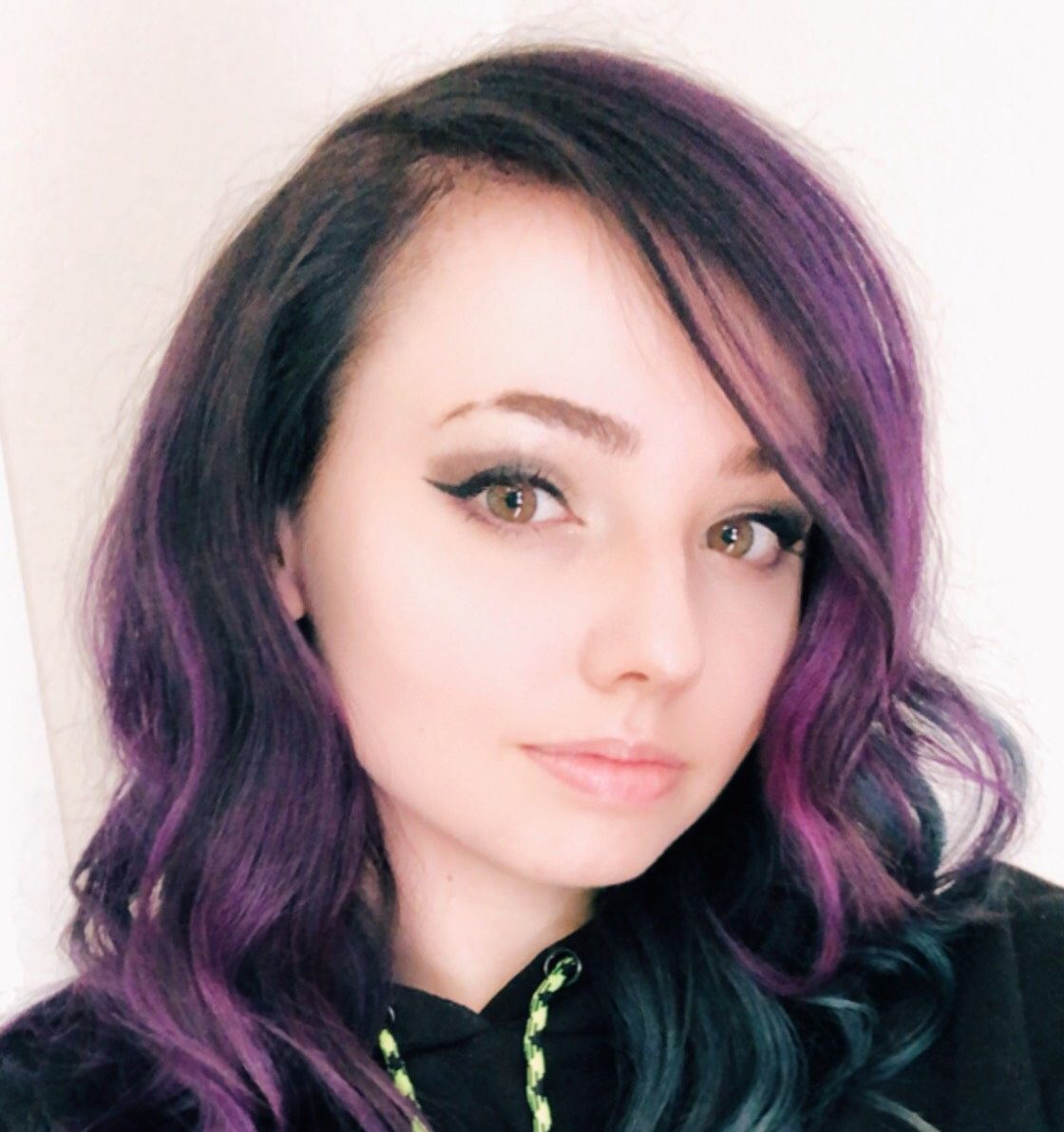 Charlee, a.k.a. Charleemanderz, is a full-time Twitch Streamer with a lot going for her.